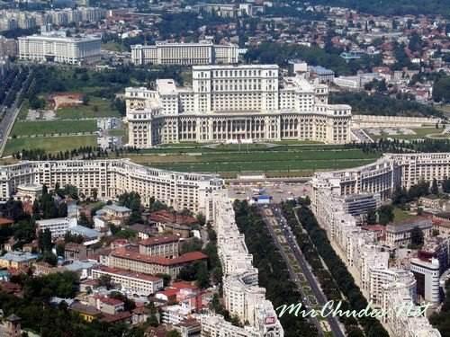 Бухарест (Столицу Румынии) когда-то называли «Восточным Парижем» — за широкие зеленые проспекты и экстравагантную архитектуру.