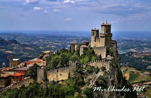 Сан-Марино — свое название страна получила в честь резчика по камню из Далмации — христианина по имени Марино