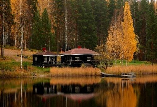 Финляндия — это обширное пространство лесов и озер, среди которого находятся города.