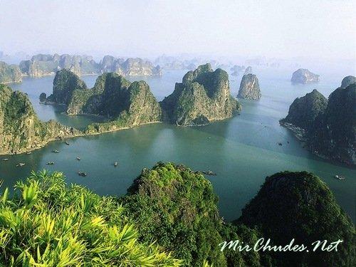 Удивительная бухта Халонг в Тонкинском заливе (Вьетнам), признанная одним из чудес света.