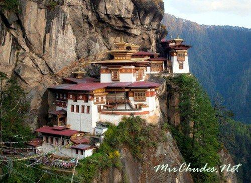 Такцанг-лакханг — знаменитый монастырь Бутане, который расположен на скале высотой 3120м.