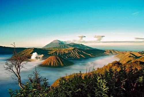 Бромо — действующий вулкан. Расположен на востоке острова Ява в национальном парке Бромо-Тенгер-Семеру (Индонезия).