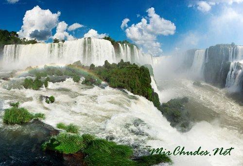 Водопады Игуасу — комплекс водопадов на реке Игуасу, признанный одним из семи природных чудес мира.