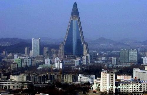 Пхеньян — столица КНДР на реке Тэдонган.