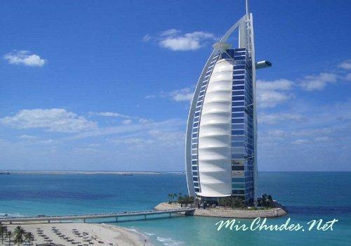Отель Бурж аль-Араб (Отель «Парус«) — исполнен в виде паруса арабского судна.