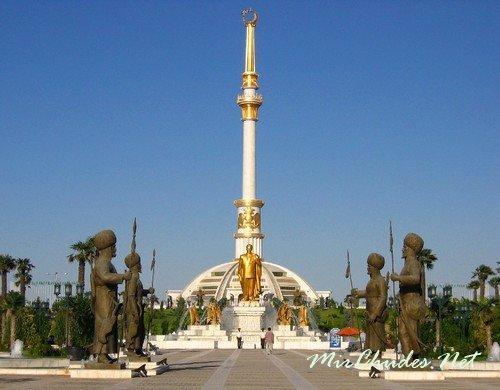 Монумент Независимости Туркменистана в Ашхабаде.