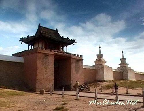 МонастырЬ Эрдэнэ-Зуу — один из самых древних буддистских монастырей Монголии.