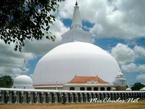 Буддийская ступа Рувановелли (Ruwanweli) в древнем городе Анурадхапуре, Шри-Ланка.