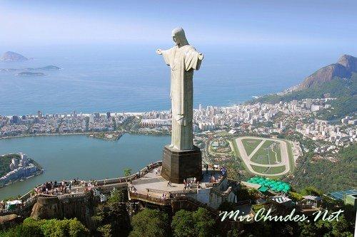 Статуя Христа Искупителя — символ Рио-де-Жанейро.