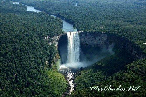 Водопад Кайетур — одна из узнаваемых достопримечательностей Гайаны.