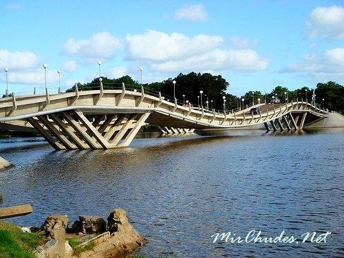 Необычный волнистый мост на реке Мальдонадо в Уругвае.