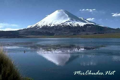 Озеро Чунгара и вулкан Паринакота в Чили.