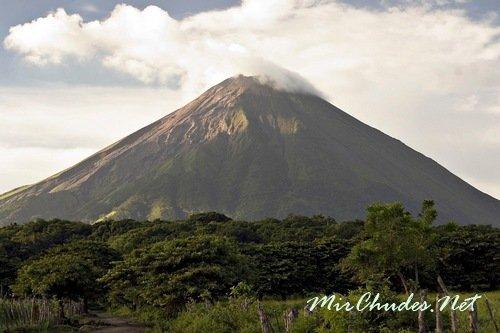 Консепсьон — активный вулкан высотой 1610 метров на острове Ометепе в Никарагуа.