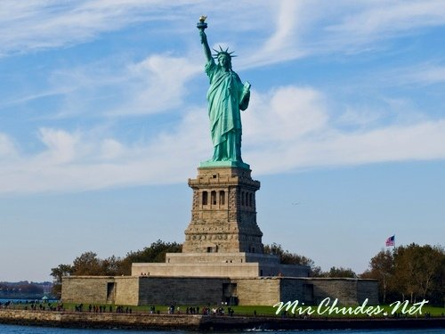 Статуи Свободы — символ свободы и демократии Америки.