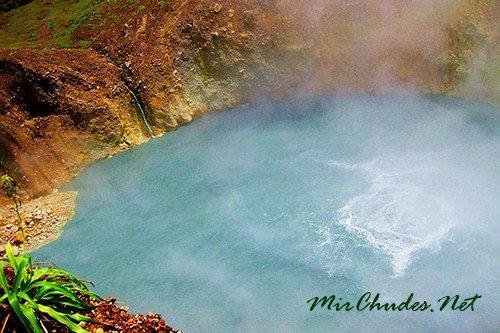 Второе по величине Кипящее Озеро в Мире находится в Доминике, его диаметр 66 метров, а температура воды достигает +92°С.