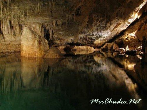Кристаллические пещеры — одна из самых захватывающих достопримечательностей Бермудских островов.