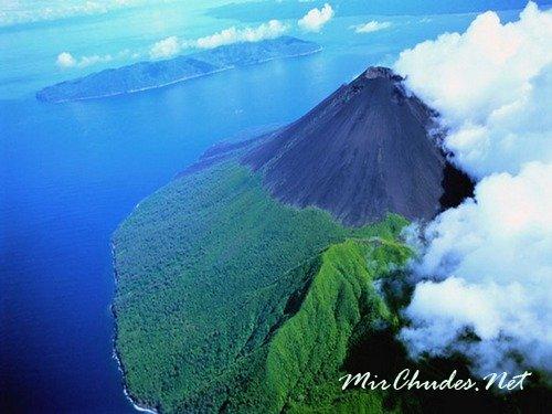 Лопеви — один из самых активных и живописных вулканов Вануату.