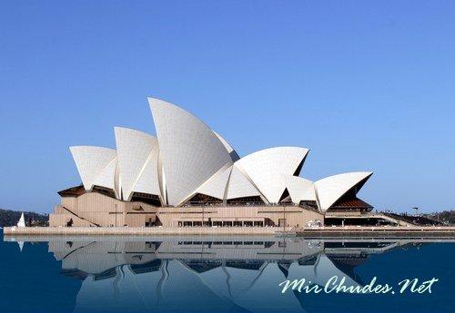 Сиднейский оперный театр — музыкальный театр в Сиднее, являющийся символом города и одной из главных достопримечательностей Австралии.