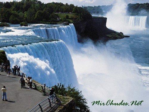 Водопад Виктория — расположен на реке Замбези на границе Замбии и Зимбабве. Является одной из главных достопримечательностей Южной Африки и относится к Всемирному наследию ЮНЕСКО.