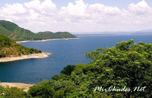 Озеро Кариба — самый популярный курорт Зимбабве и одно из крупнейших искусственных озёр в мире с площадью зеркала 5580 км<sup>2</sup>.