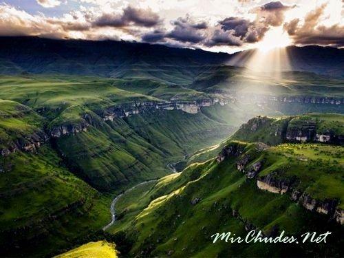 Драконовы горы — чудесные горы сказочной красоты окутаны тайнами и легендами. Свое название они получили из-за дымки, которая скрывает вершины гор. Она очень похожа на клубы дыма, выпускаемые из ноздрей дракона.