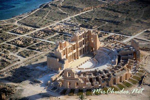 Руины римского театра в городе Сабрате на берегу Средиземного моря — одна из многих архитектурных достопримечательностей Ливии.