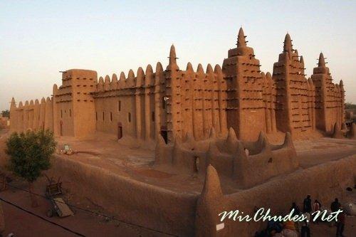 Великая мечеть Дженне — самое большое здание в мире построенное из глины. Мечеть расположена в городе Дженне, Мали и является объектом Всемирного наследия ЮНЕСКО.