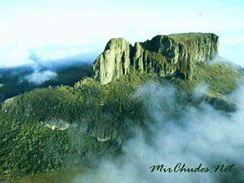 Горный массив Элгон — природная достопримечательность Уганды и самый большой на планете потухший древний вулкан, кратер которого составляет 15 км в диаметре.