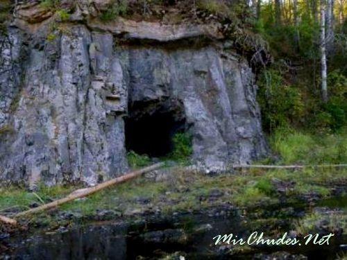 Вход в Кашкулакскую Пещеру расположен на высоте около девятисот метров от земли.