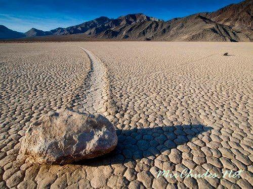 Движущийся камень в Долине Смерти на высохшем озере Рейстрэк-Плайя.