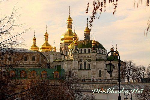 Золотые купола Киево-Печерской лавры.