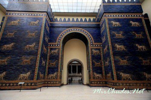 Ворота богини Иштар — парадные ворота Вавилона. Это реальная древневавилонская постройка VI-VIIвв. до н.э., в наше время, является самым знаменитым экспонатом музея Пергамон в Берлине.