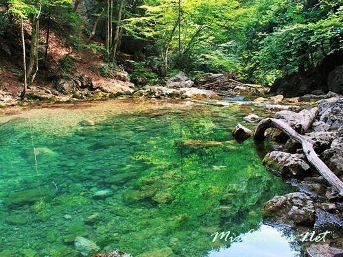 Вода в Голубом Озере чрезвычайно прозрачная и чистая.