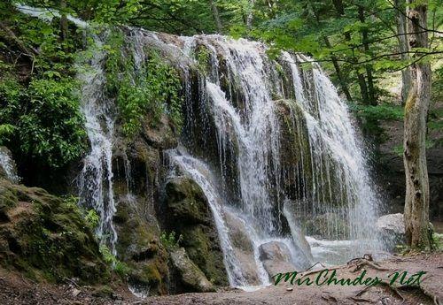 Водопад напоминает музыкальный инструмент, особенно когда на него смотреть в солнечный день.