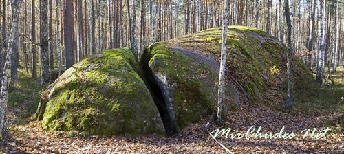 Если добрый и честный человек пройдет через раздвоенный камень по Следам Бога, то навсегда избавится от несчастий и проблем.