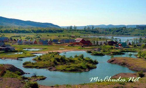 Поселок Солотвино известен на всю Украину и даже за ее пределами благодаря своим соляным озерам и их лечебным свойствам.
