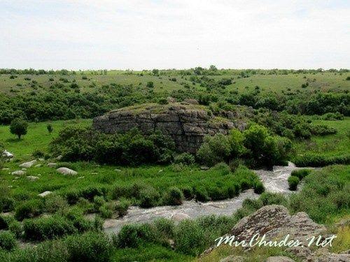 Посреди каменистого каньона возвышается каменный остров — Монастырище.