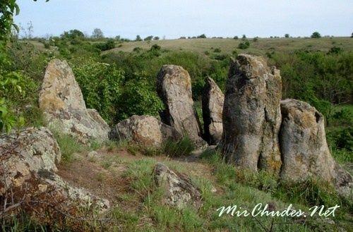 Большие каменные глыбы на вершине Монастырища.