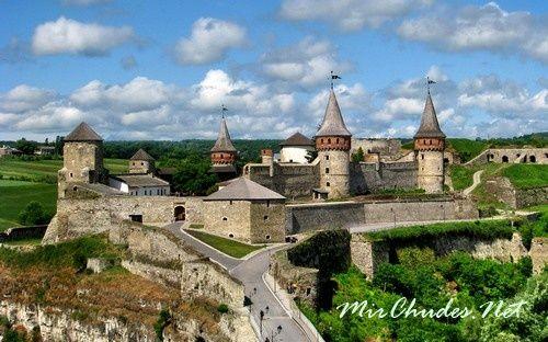 Когда был построен замок в городе Кайменец-Подольский, точно неизвесно. Историки считают, что его отстроили литовские князья Корпатовичи.