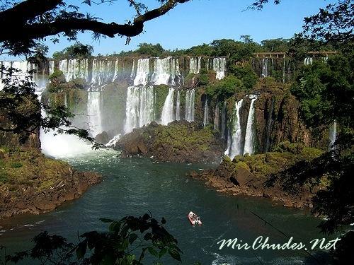 Водопад Игуасу разделяется на 18 основных каскадов.
