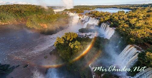 Общая ширина водопада Игуасу составляет около 2700 метров.