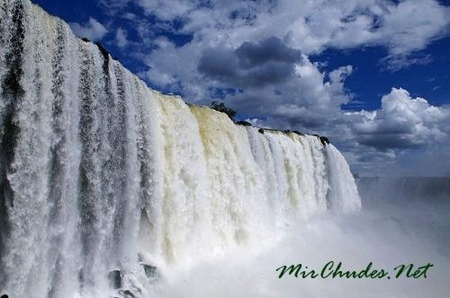 Каждую минуту Игуасу тратит сотни тысяч тонн воды.