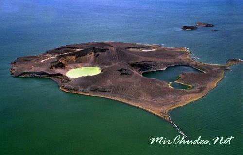 В центре озера возвышается гористый островок Нанета.