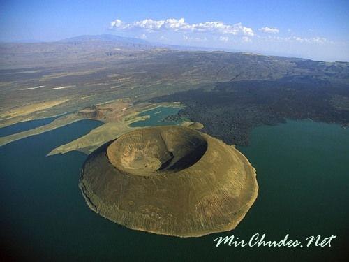 Кратер вулкана Набийотум на озере Туркана.