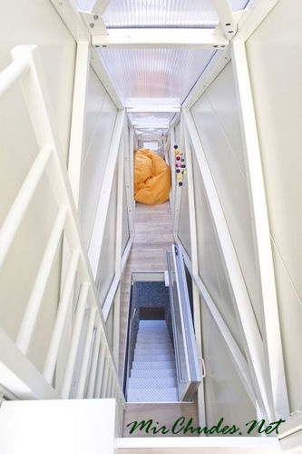 Лестница управляемая пультом дистанционного управления служит входом в дом, а в сложенном состоянии - гостинной.