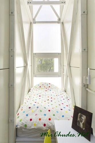 Спальня с единственным окном в необычном домике.