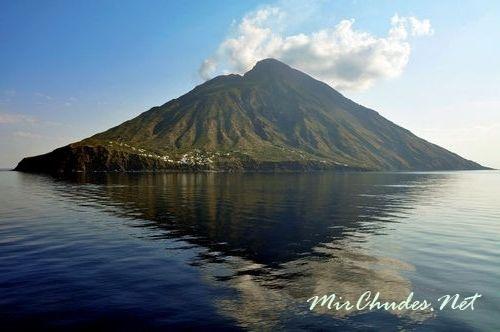 Вулкан Стромболи в течение многих веков сохраняет постоянную активность.