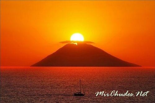 Вулкан Стромболи на закате