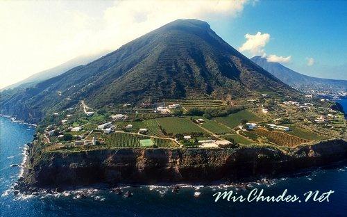 У подножия вулкана Стромболи обустроились около тысячи жителей