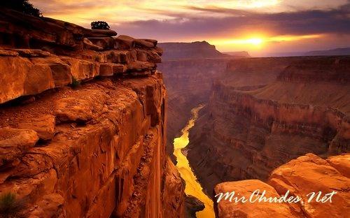 Глубина Большого Каньона местами достигает 1800 метров.